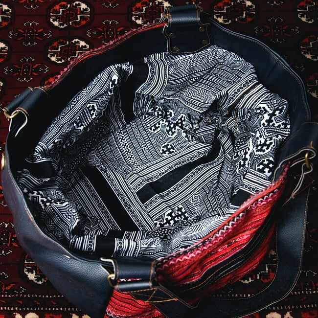 モン族刺繍とレザーのトートバッグの写真10 - 広げたところです