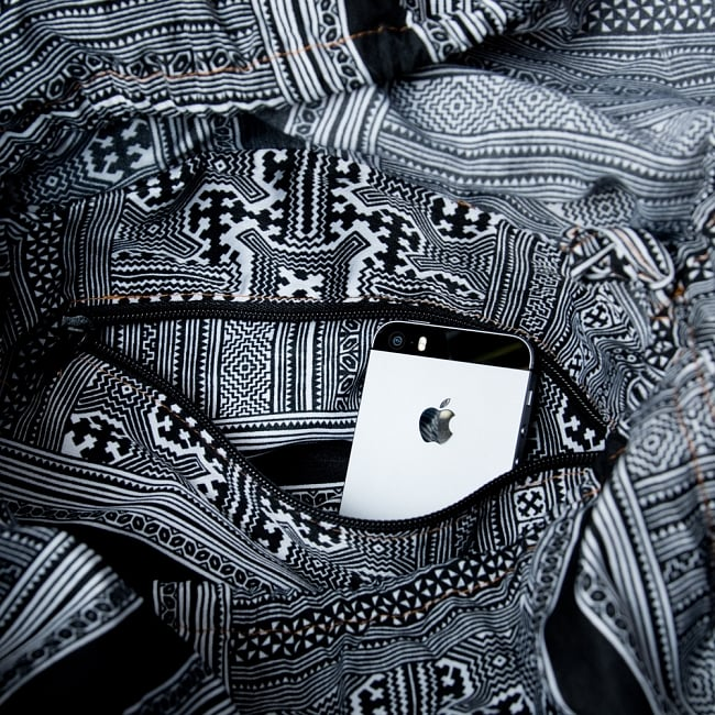 モン族刺繍とレザーのトートバッグの写真11 - 内部にも小物用のファスナー収納付き