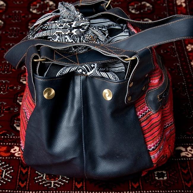 モン族刺繍とレザーのトートバッグの写真4 - 荷物が多いときは、拡張できるようになっています。