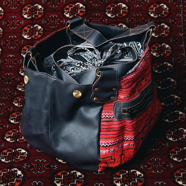 モン族刺繍とレザーのトートバッグの写真5 - 広げるとこの様な形になって、最大限荷物を入れることができます。