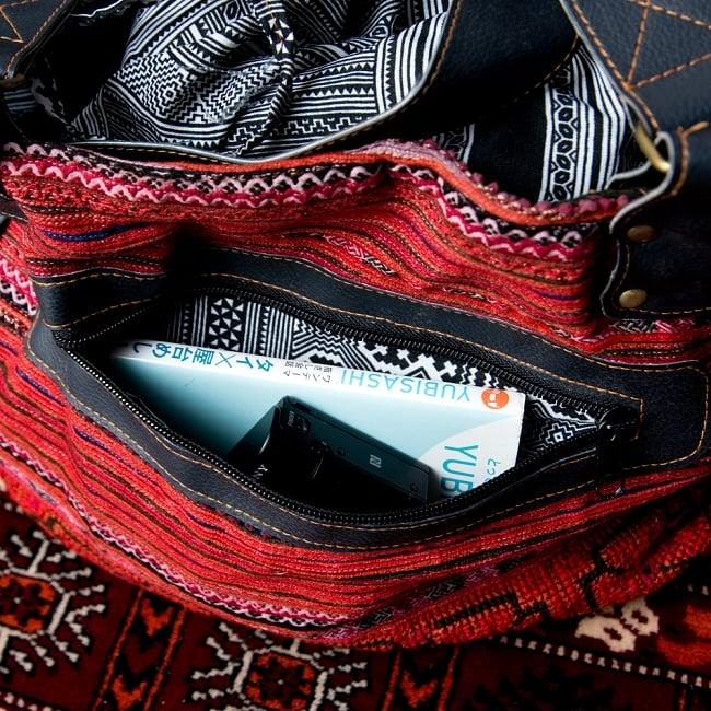モン族刺繍とレザーのトートバッグの写真7 - 小物はこちらに入れておけます