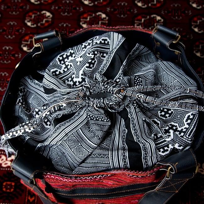 モン族刺繍とレザーのトートバッグの写真8 - モン族模様をモノトーンでプリントした布が荷物を巾着のように包み込んでくれます。