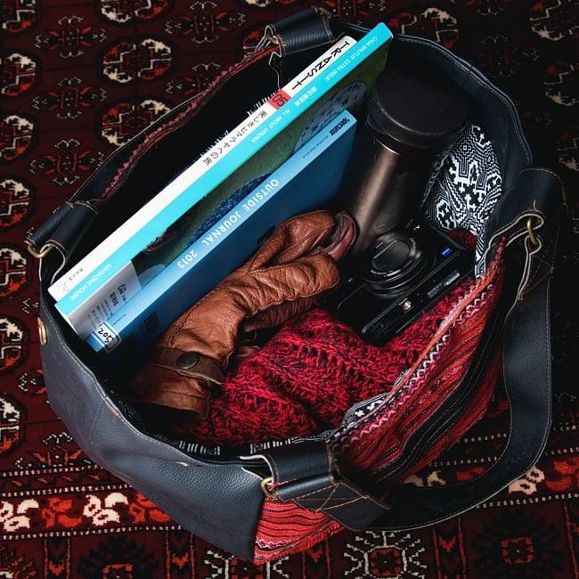モン族刺繍とレザーのトートバッグの写真9 - 日用品には十分なサイズ感