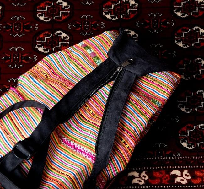 モン族刺繍 まんまる折りたたみ式2Wayトラベルバッグの写真10 - 間のファスナーを開けばリュックに、閉じればショルダーの2Way