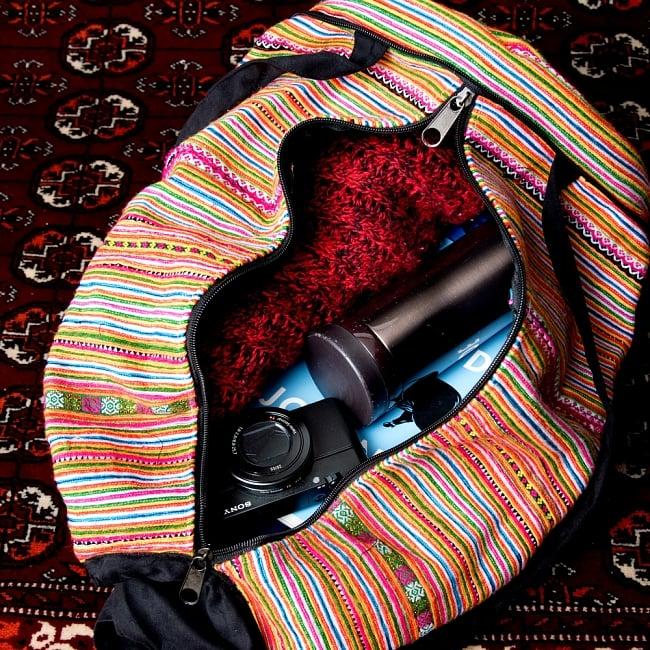 モン族刺繍 まんまる折りたたみ式2Wayトラベルバッグの写真14 - 日常品には十分な収納力