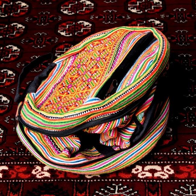 モン族刺繍 まんまる折りたたみ式2Wayトラベルバッグの写真5 - 間にあるファスナーをあけていくと
