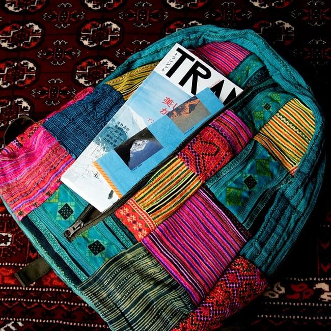 モン族刺繍のセンターファスナーパッチワークバッグパック 6 - 中心が開き、大きめの物を入れておけます。