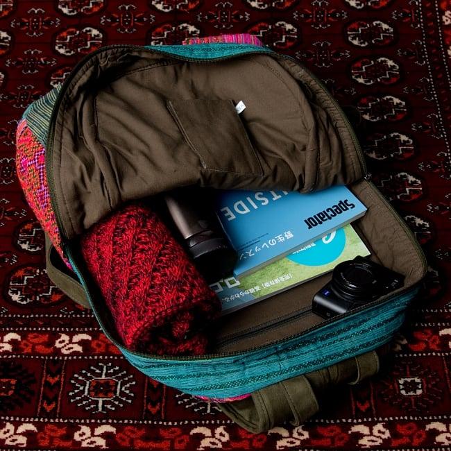 モン族刺繍のセンターファスナーパッチワークバッグパック 8 - 日常品には十分な収納力