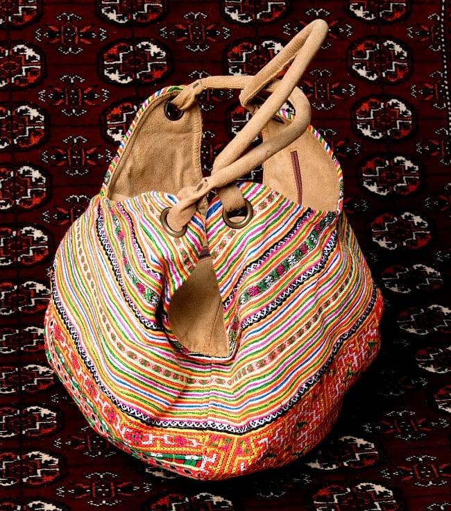 モン族刺繍とスウェード生地のトートバッグの写真4 - 横からの写真です