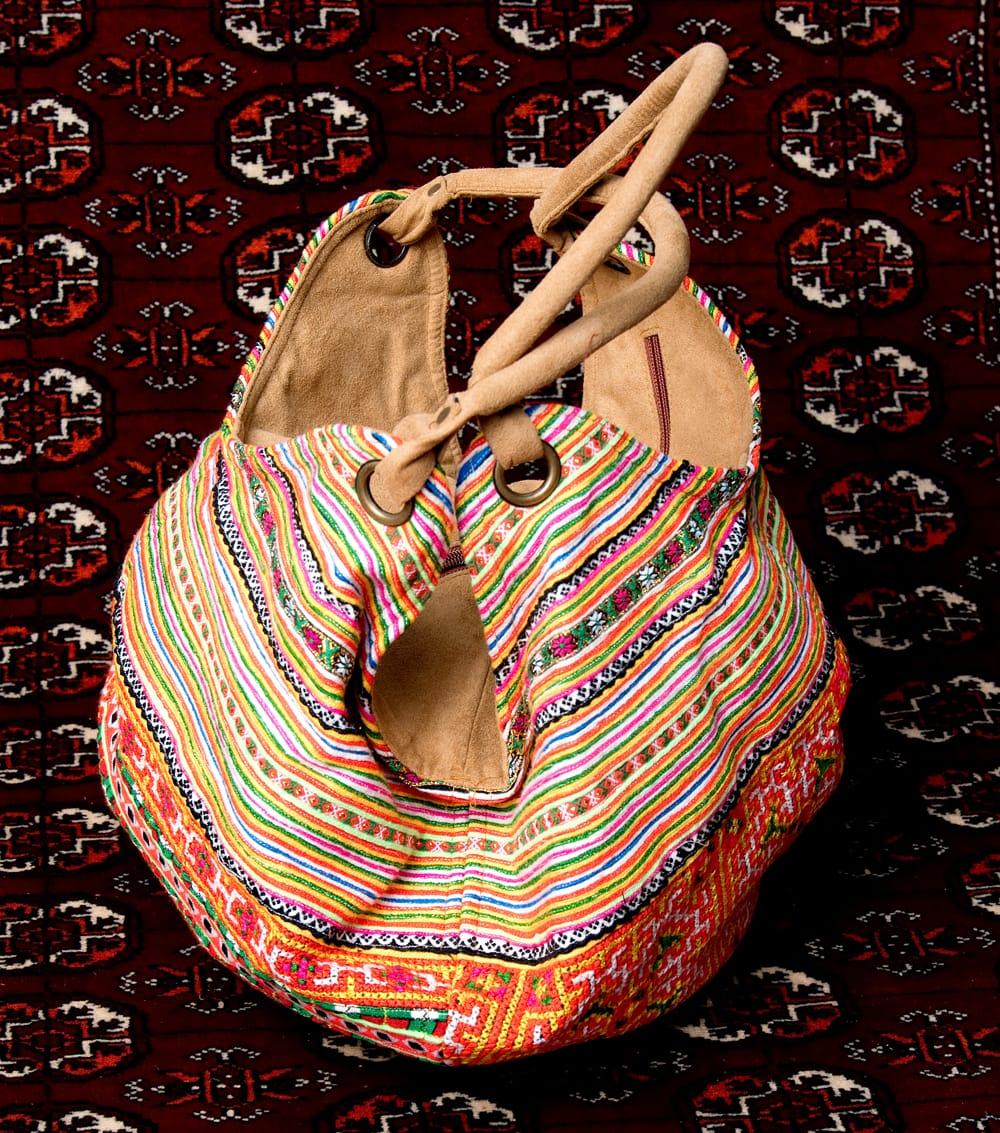 モン族刺繍とスウェード生地のトートバッグ 4 - 横からの写真です