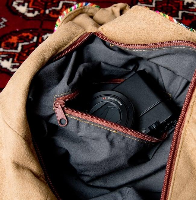 モン族刺繍とスウェード生地のトートバッグの写真9 - 内部にファスナー収納もついています