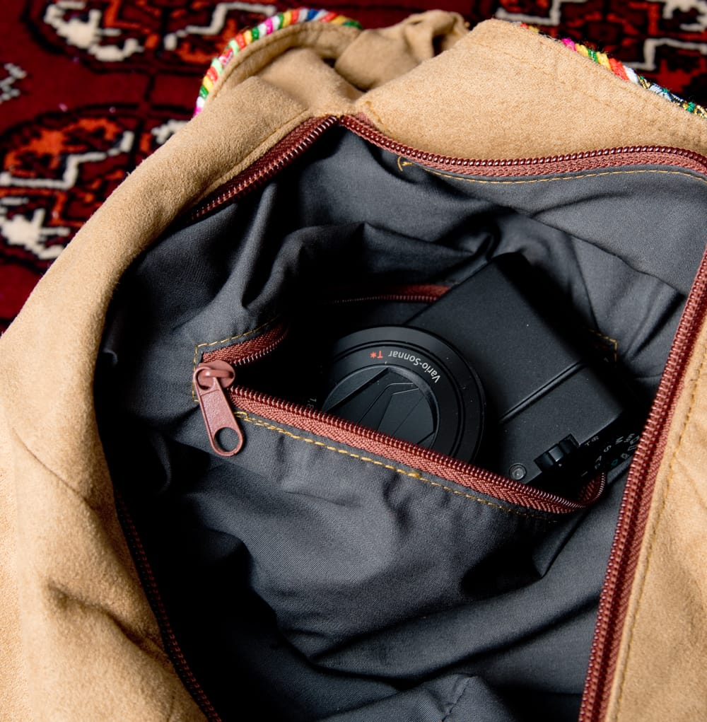 モン族刺繍とスウェード生地のトートバッグ 9 - 内部にファスナー収納もついています
