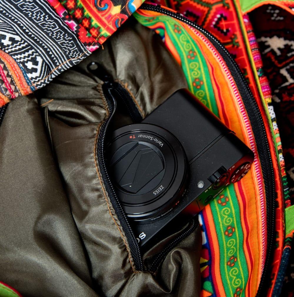 モン族刺繍のスクエア型パッチワークトートバッグ 12 - 反対側にも、ファスナー式の小物入れがあります