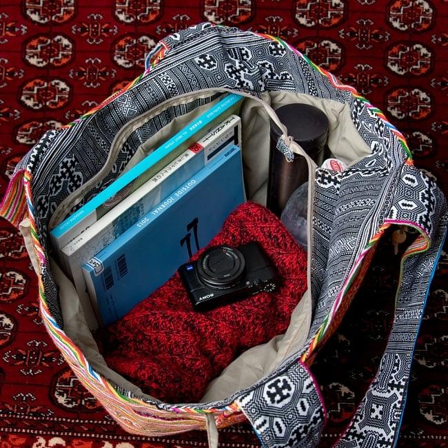 モン族刺繍の扇形トートバッグ 10 - 日常品には十分な収納力