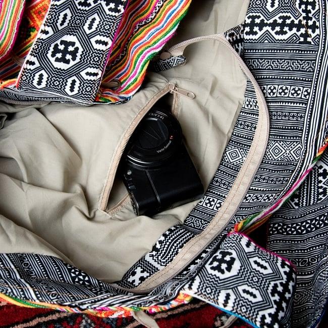 モン族刺繍の扇形トートバッグ 12 - 反対側にはファスナー式の小物入れ