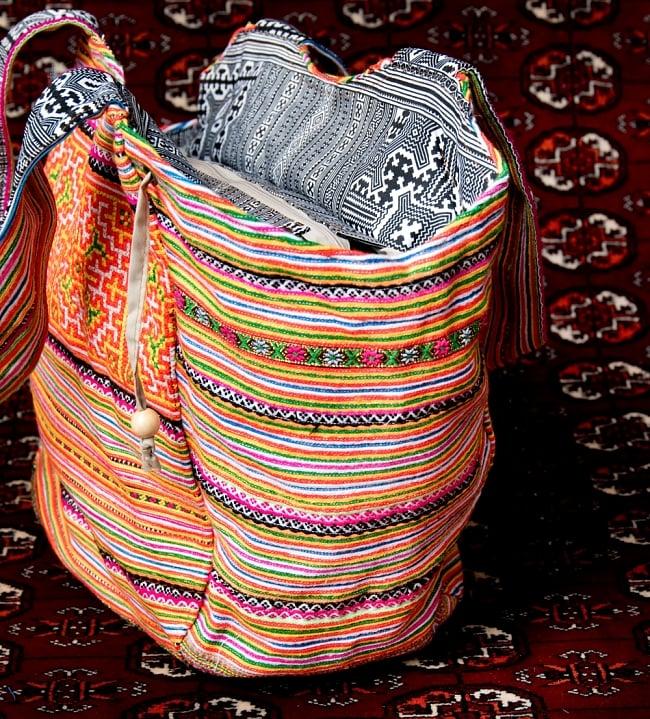 モン族刺繍の扇形トートバッグ 5 - 横からの写真です