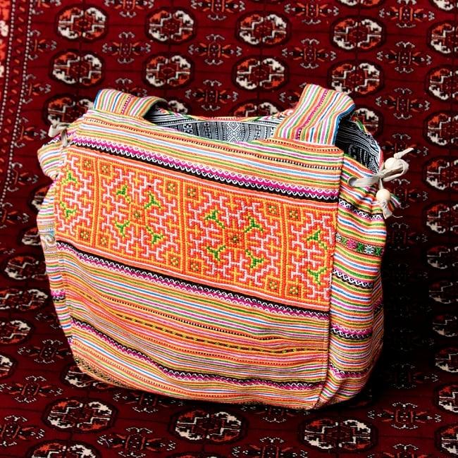 モン族刺繍の扇形トートバッグ 6 - サイドにある紐で形と大きさを調整可能