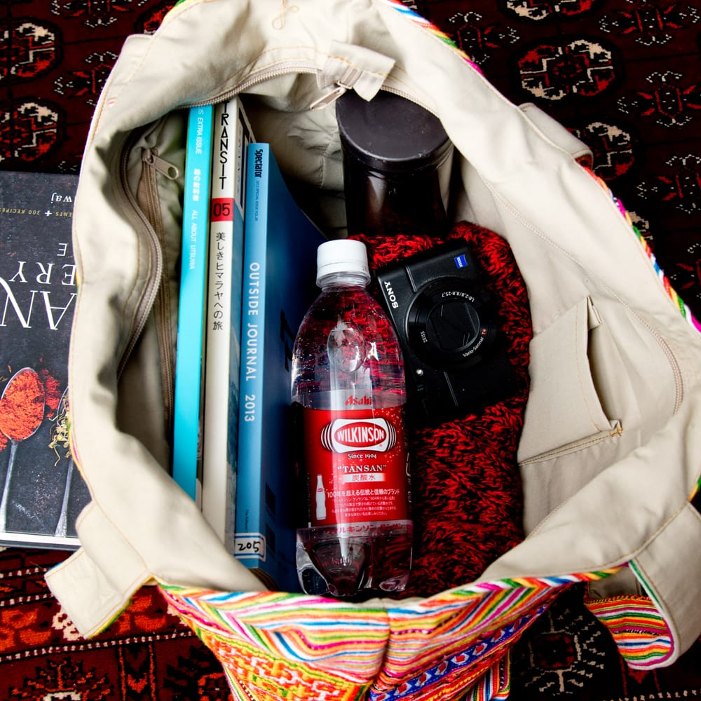 モン族刺繍 ビッグボタンのトートバッグ 10 - 日常品には十分な収納力