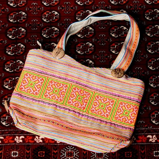 モン族刺繍 ビッグボタンのトートバッグ 13 - 【選択:A】黄色オレンジ虹色系
