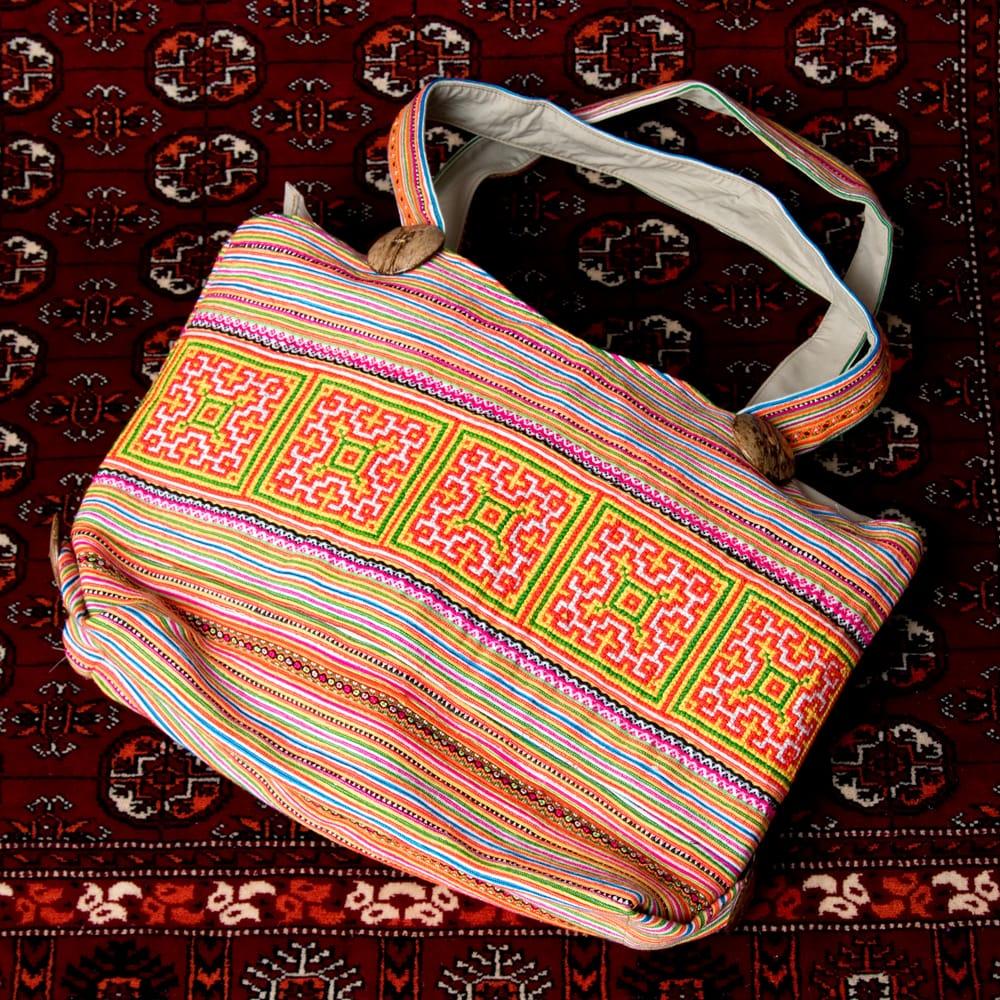 モン族刺繍 ビッグボタンのトートバッグ 3 - 引き込まれるような美しい刺繍