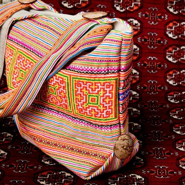 モン族刺繍 ビッグボタンのトートバッグ 4 - サイドからの写真です