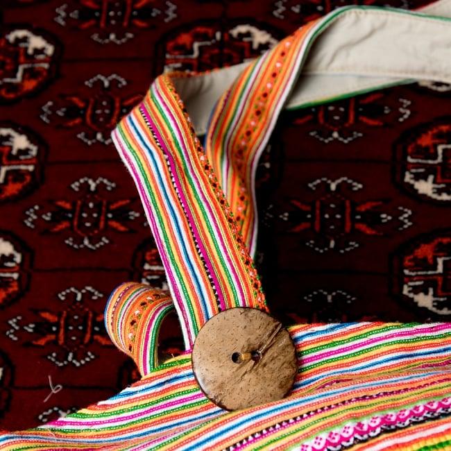 モン族刺繍 ビッグボタンのトートバッグ 6 - 持ち手の写真です