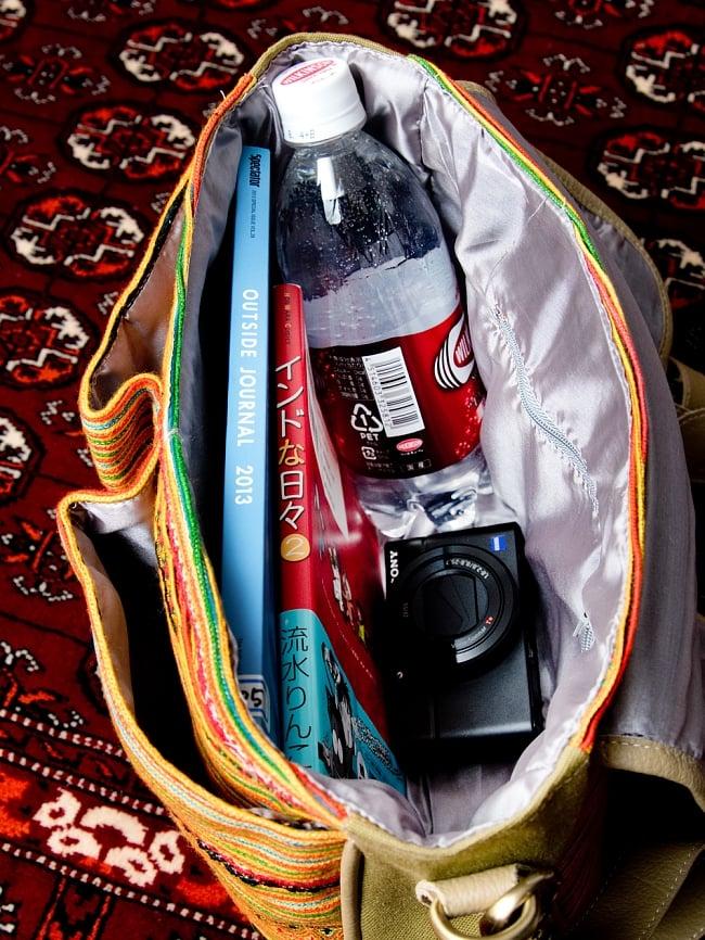 モン族刺繍とレザーのショルダーバッグ 14 - 日常品には十分な収納力