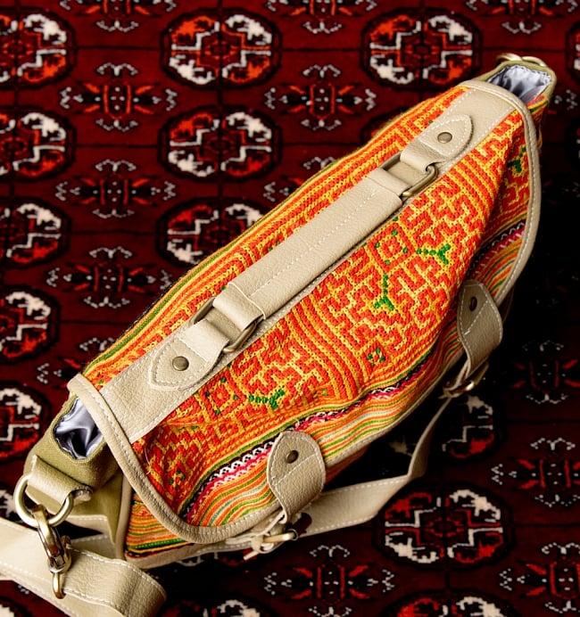 モン族刺繍とレザーのショルダーバッグ 9 - 持ちてが上部にあるので、そこを持って使うこともできます。