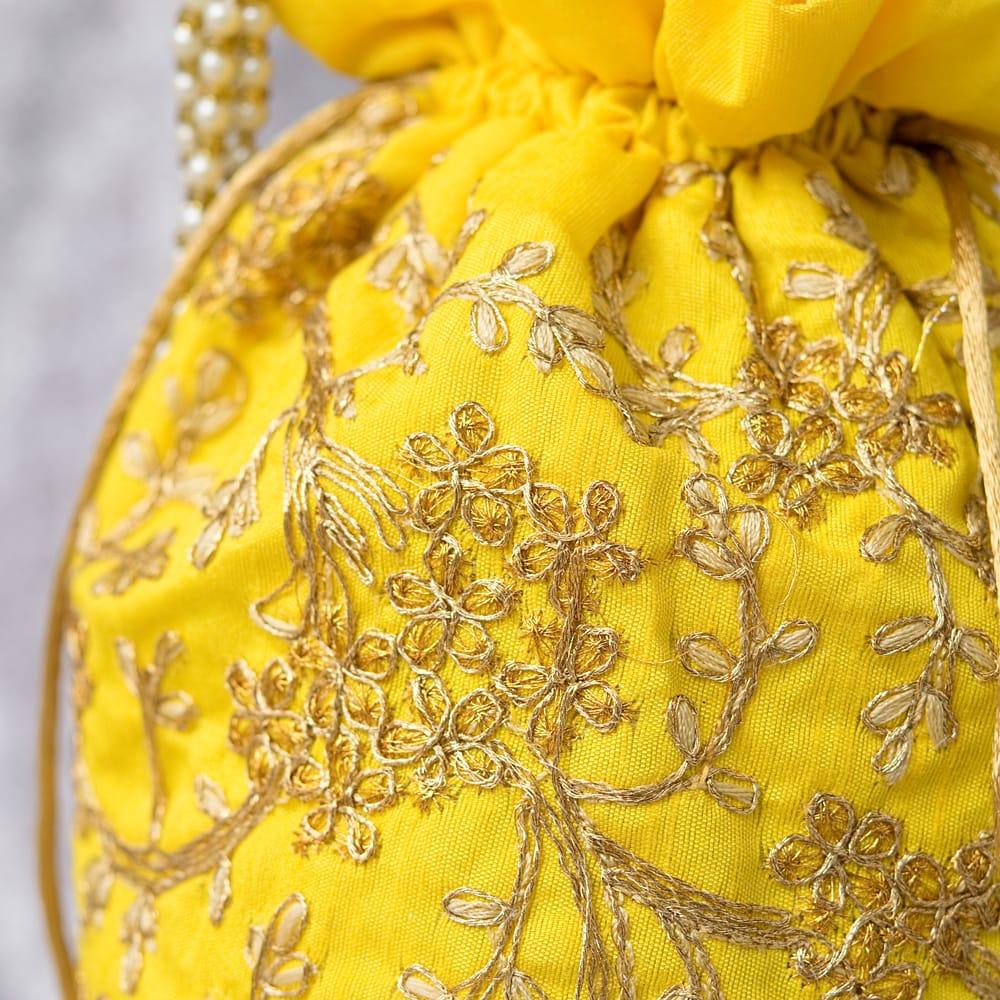 インドのきらきらミニバッグ・サリー等へオススメの巾着 - イエロー 2 - 柄の部分をアップにしてみました。