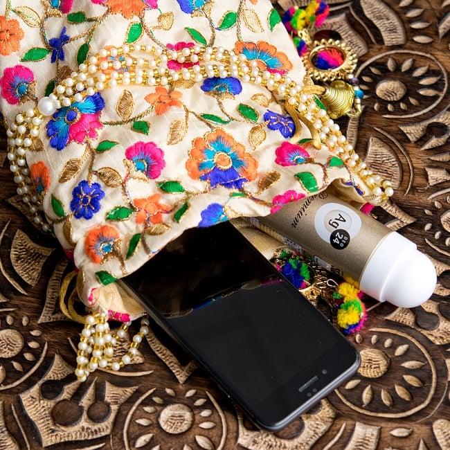 インドのきらきらミニバッグ・サリー等へオススメの巾着 ゴールド&フラワー更紗刺繍系 11 - マチがあるので、結構いろいろ小物類が入ります。