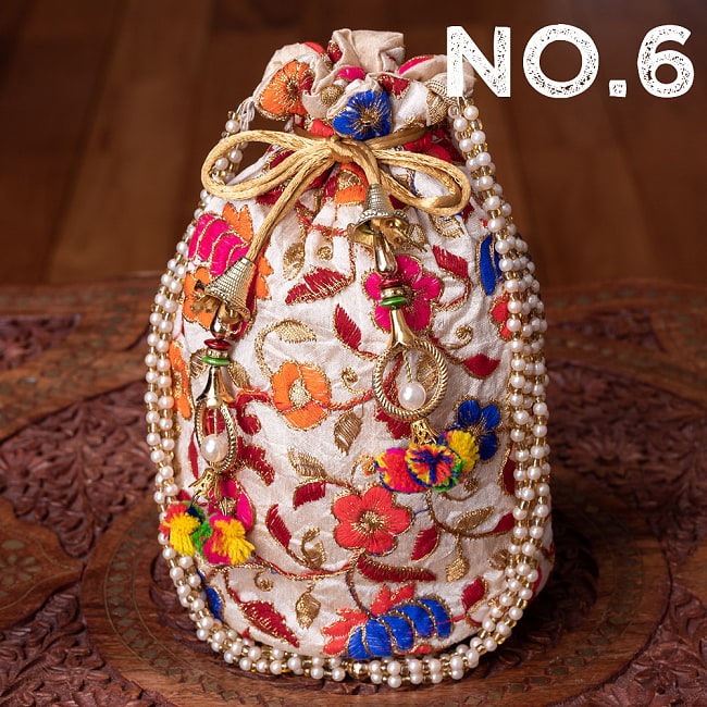 インドのきらきらミニバッグ・サリー等へオススメの巾着 ゴールド&フラワー更紗刺繍系 17 - 〔No.6〕はこのようなデザインになります