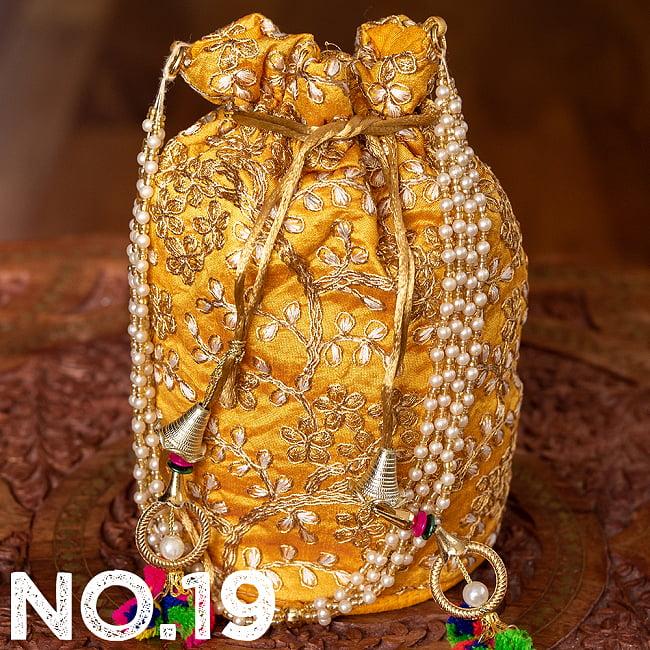 インドのきらきらミニバッグ・サリー等へオススメの巾着 ゴールド&フラワー更紗刺繍系 30 - 〔No.19〕はこのようなデザインになります