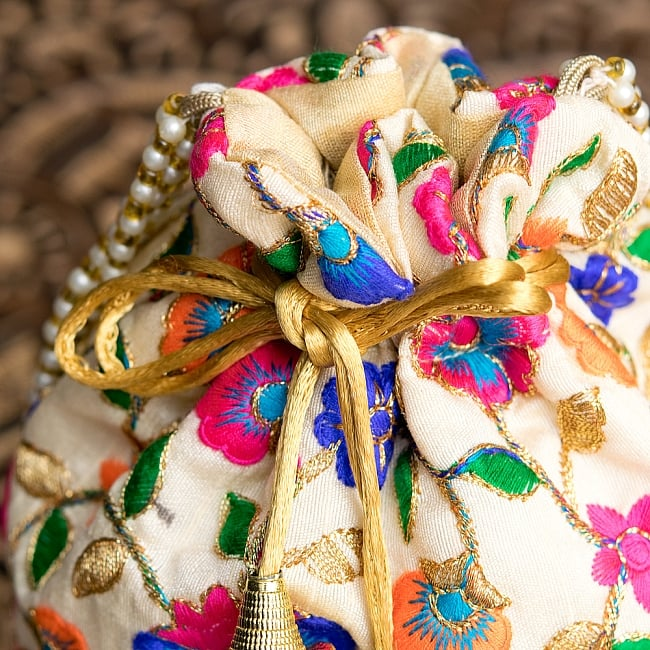 インドのきらきらミニバッグ・サリー等へオススメの巾着 ゴールド&フラワー更紗刺繍系 5 - 上部の写真です