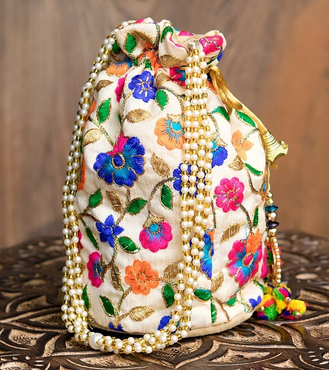 インドのきらきらミニバッグ・サリー等へオススメの巾着 ゴールド&フラワー更紗刺繍系 6 - 横からの写真です