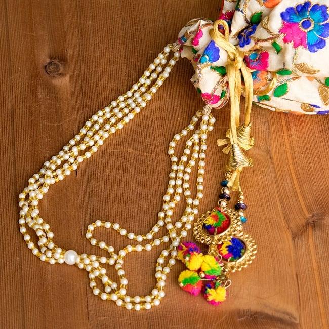 インドのきらきらミニバッグ・サリー等へオススメの巾着 ゴールド&フラワー更紗刺繍系 7 - 持ち手を拡大してみましたパールのようなビーズがとっても可愛いです^^