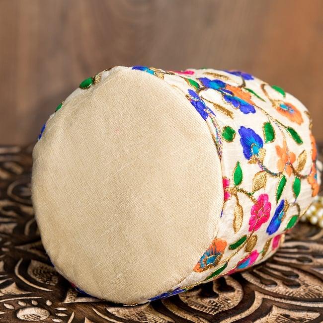 インドのきらきらミニバッグ・サリー等へオススメの巾着 ゴールド&フラワー更紗刺繍系 9 - バッグ底の写真です