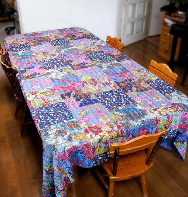 〔インドのパッチワーク〕ラリーキルトの大判マルチクロス〔約280cm×約230cm〕 11 - 【約280cm×約230cm】のラリーキルトの、ダイニングテーブルでの使用例です。