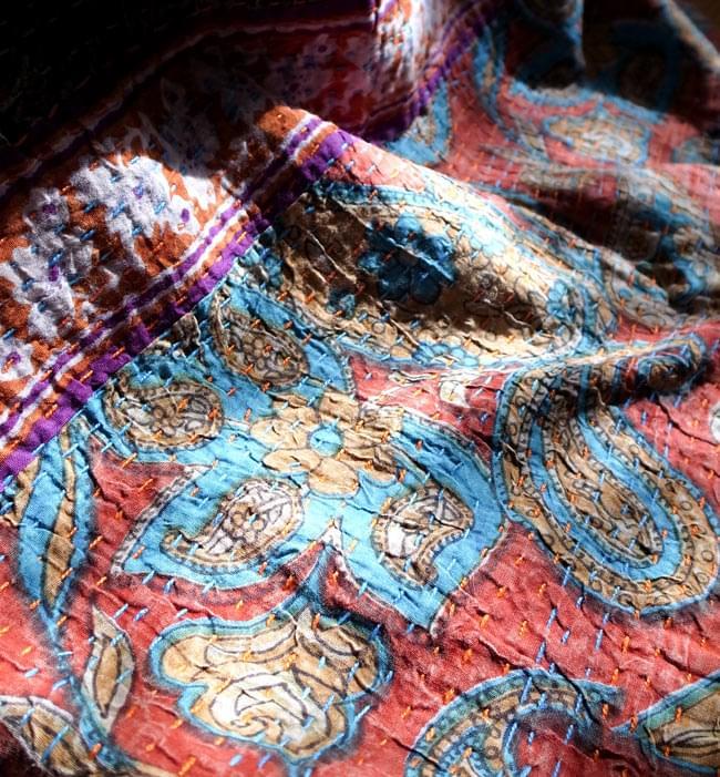 〔インドのパッチワーク〕ラリーキルトの大判マルチクロス〔約280cm×約230cm〕 9 - 光のあたり具合によっても、様々な表情をみせてくれます。とても温もりのある、伝統的なキルトです。(以下の写真は、同ジャンル品のものとなります。)