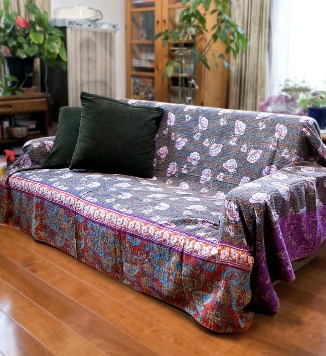 【インドのパッチワーク】ラリーキルトの大判マルチクロス【約280cm×約230cm】の写真12 - 2.5人掛けのソファー(W1430×H530×D770)に、【約230cm×約150cm】のラリーキルトを使用したところです。 <br>こちらのベッドカバーは更に大きいので、より大きなソファーでお使いいただけます。
