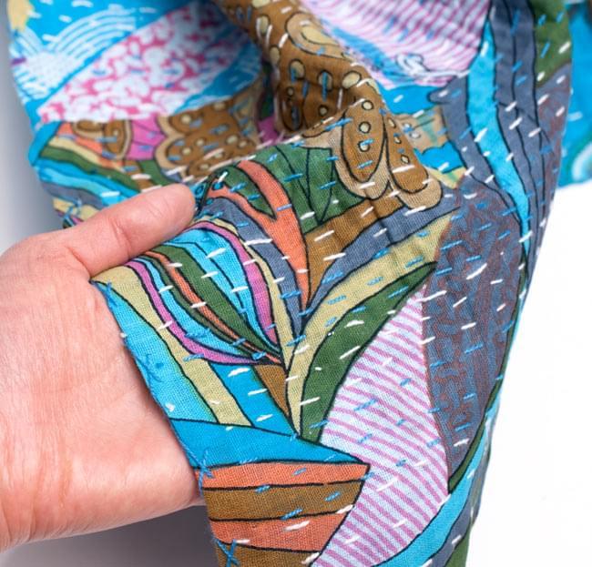 【インドのパッチワーク】ラリーキルトの大判マルチクロス【約230cm×約150cm】の写真6 - 質感を感じていただく為、手に持ってみました。