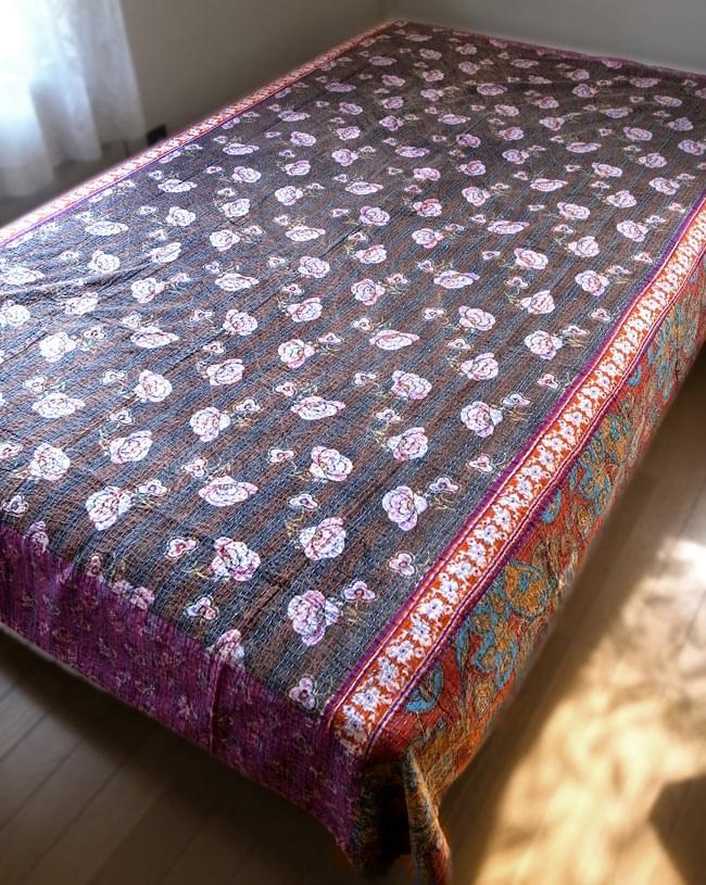 【インドのパッチワーク】ラリーキルトの大判マルチクロス【約160cm×約230cm】の写真12 - セミダブル(120cm×196cm)に、【約230cm×約150cm】のラリーキルトを実際に使用してみたところです(別商品)。