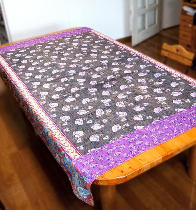 【インドのパッチワーク】ラリーキルトの大判マルチクロス【約160cm×約230cm】の写真14 - 【約230cm×約150cm】のラリーキルトの、ダイニングテーブルでの使用例です(別商品)。