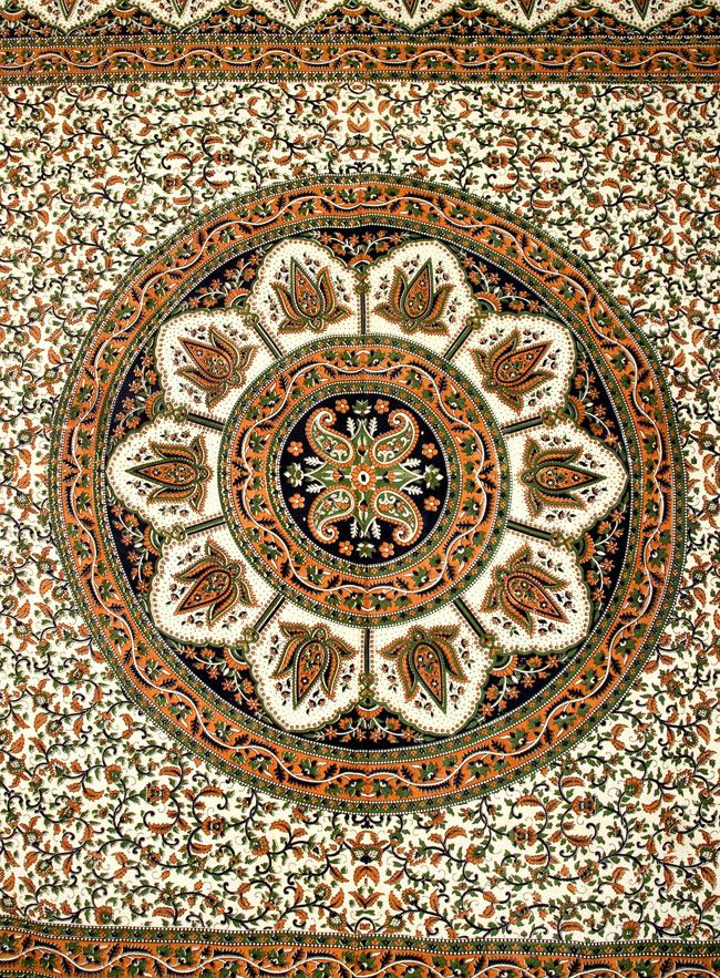 マルチクロス - 円形 唐草【約205cm×約230cm】の写真2 - 中心部分の拡大写真です。とても迫力があるデザインです。