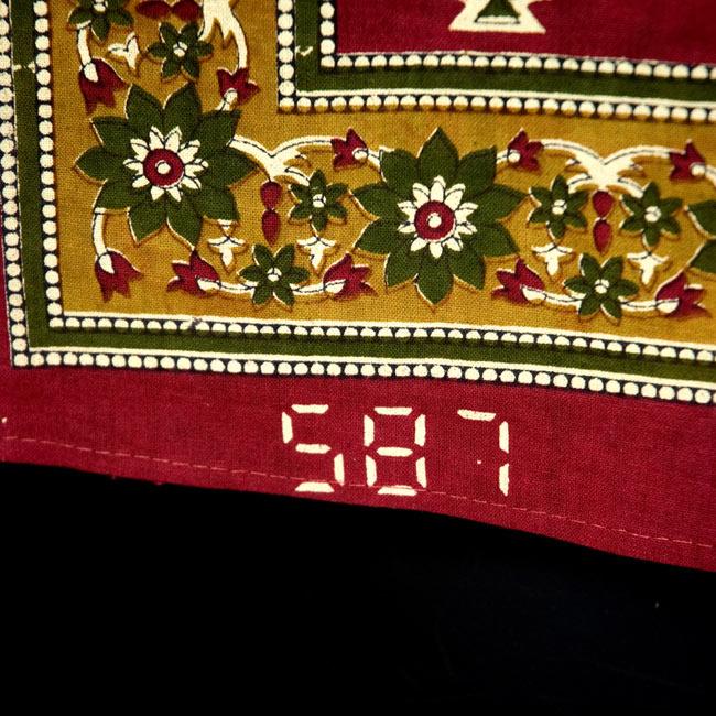 マルチクロス - 円形 象【約210cm×約130cm】の写真7 - インドでハンドメイドされている為、ホツレや色ムラなどがある場合がございます。また、商品により縁に現地の品番がプリントされている場合がございます。シンプルな文字で大きなマルチクロスなので、そこまで気にならないものなのですが、予めご了承のほどよろしくお願いいたします。