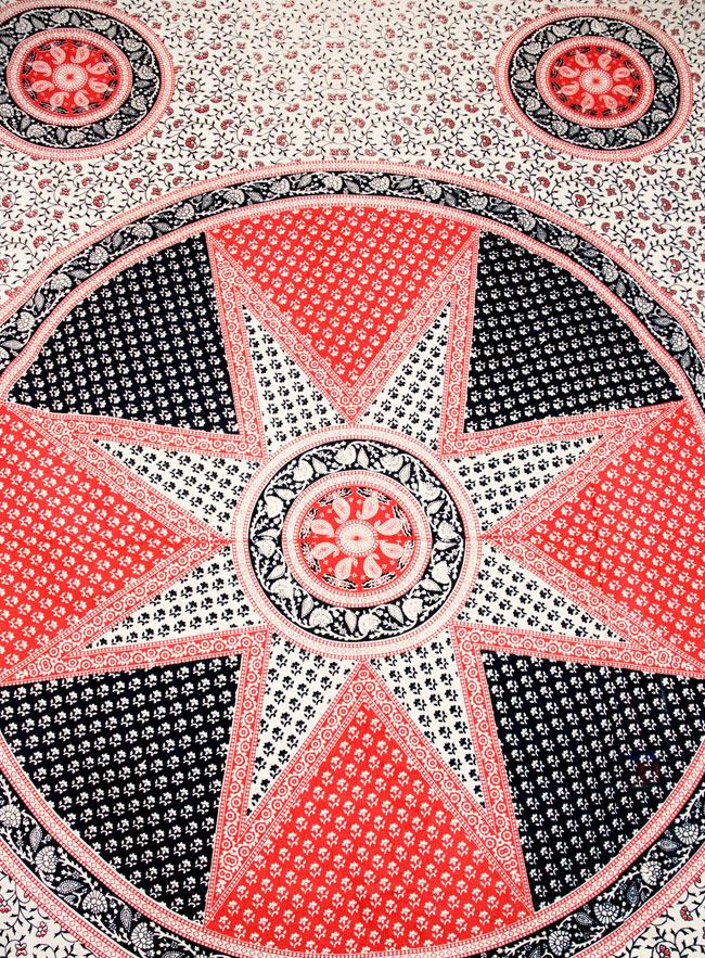 マルチクロス - マンダラ【約200cm×約130cm】 2 - 中心部分の拡大写真です。とても迫力があるデザインです。