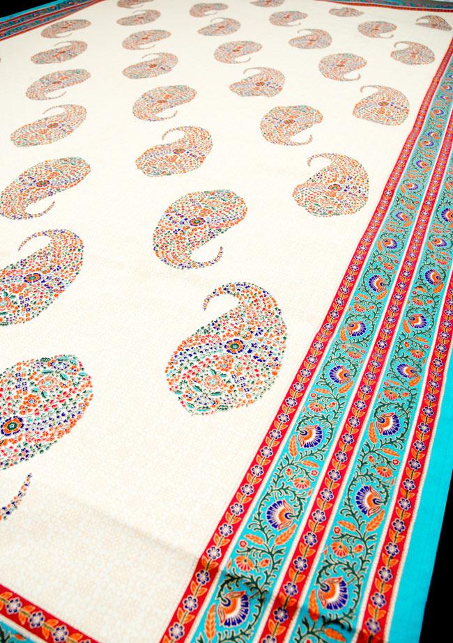 マルチクロス - インド綿の金色模様付き ペイズリー柄【約225cm×約150cm】の写真4 - 斜めに撮ってみたところです