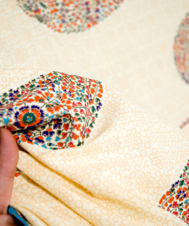 マルチクロス - インド綿の金色模様付き ペイズリー柄【約225cm×約150cm】の写真5 - 少しかためのしっかりとした生地です。質感、雰囲気のある生地です。