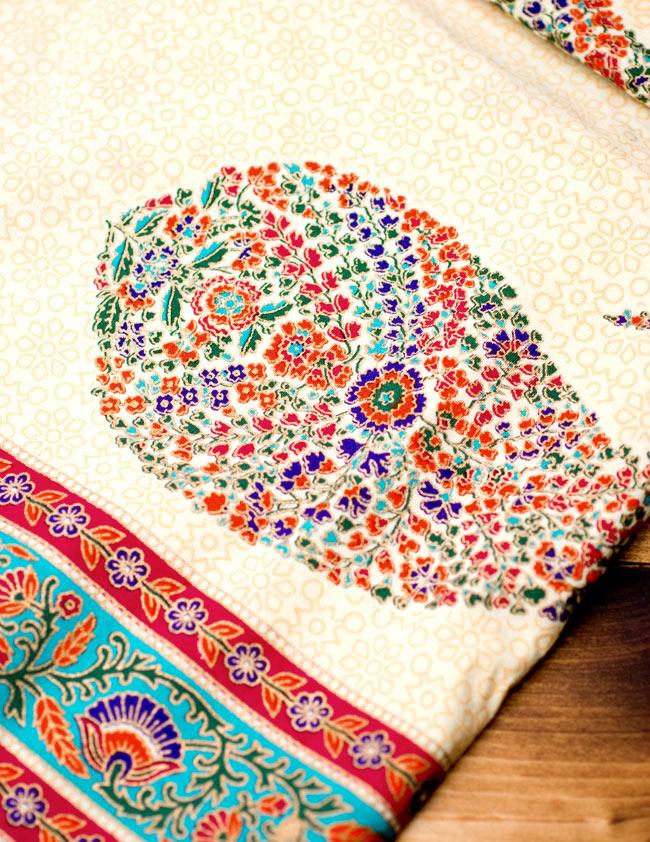 マルチクロス - インド綿の金色模様付き ペイズリー柄【約225cm×約150cm】の写真6 - 拡大写真です。綺麗な色使いで丁寧に作られています。豊かな色彩に上品な金色が施されとても華やかな一品です。