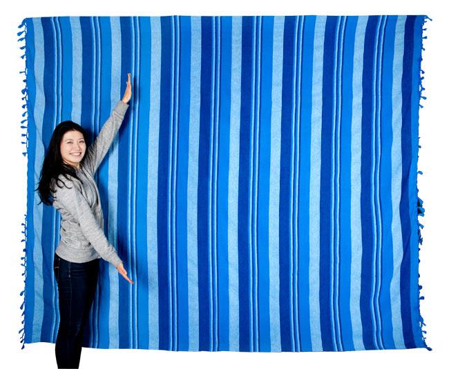 〔260cm×215cm〕カディコットン風マルチクロス - ストライプ柄 ブラックの写真6 - 色違いの商品とモデルさんのサイズ比較写真になります。シングルベッドサイズの便利で大きな布です。(以下の写真は同ジャンル品のものになります。)