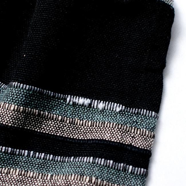 〔260cm×215cm〕カディコットン風マルチクロス - ストライプ柄 ブラックの写真7 - こちらの布はインドでハンドメイドされたやさしい風合いが魅力なのですが、現代的な工場でつくられる製品と比べると、このようなホツレや織りキズが若干ある場合がございます。製品の特性としてご了承いただけますと幸いです。